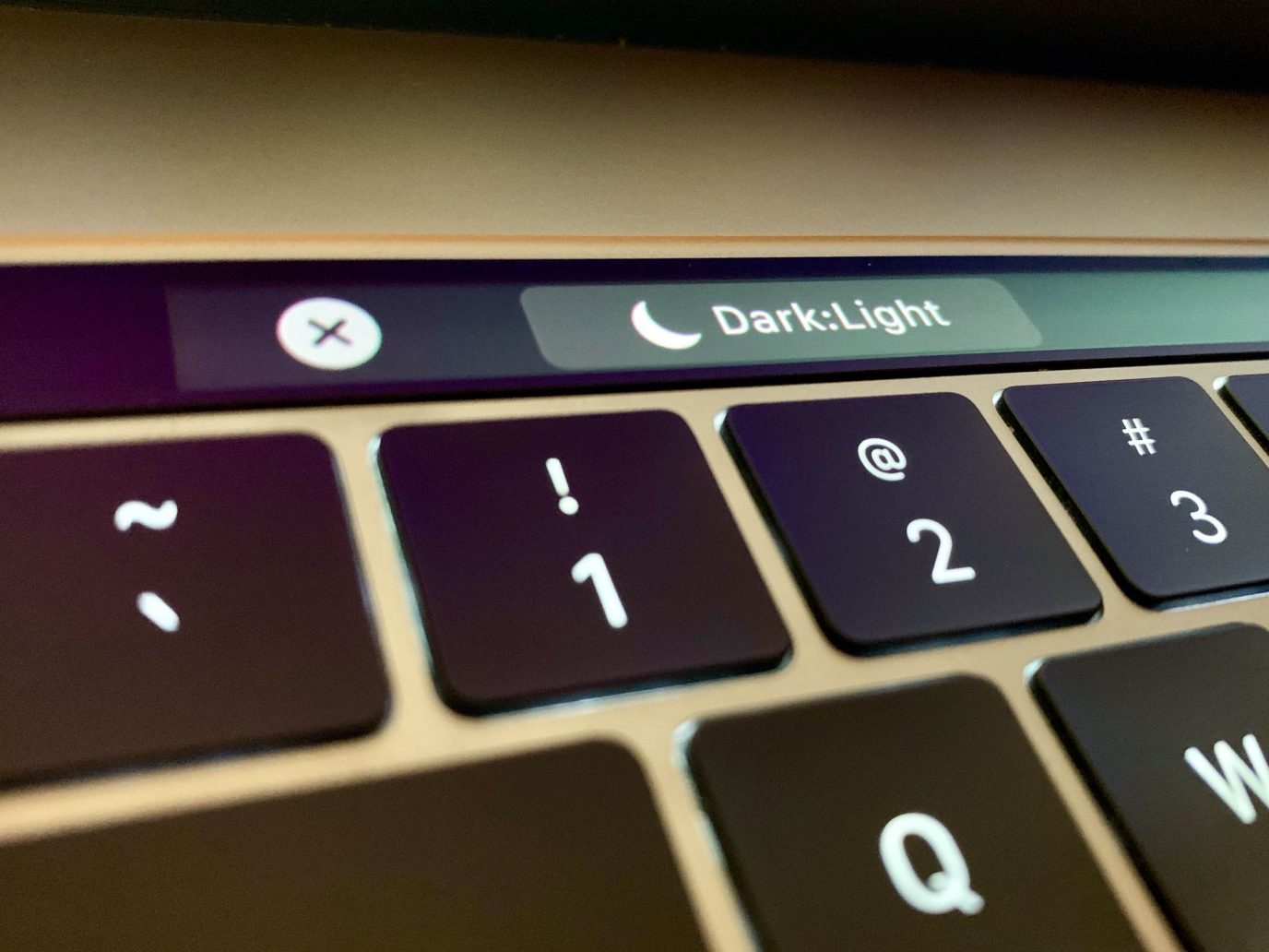 How-to-toggle-Dark-Mode-Touch-Bar-Mac-001-1376x1032