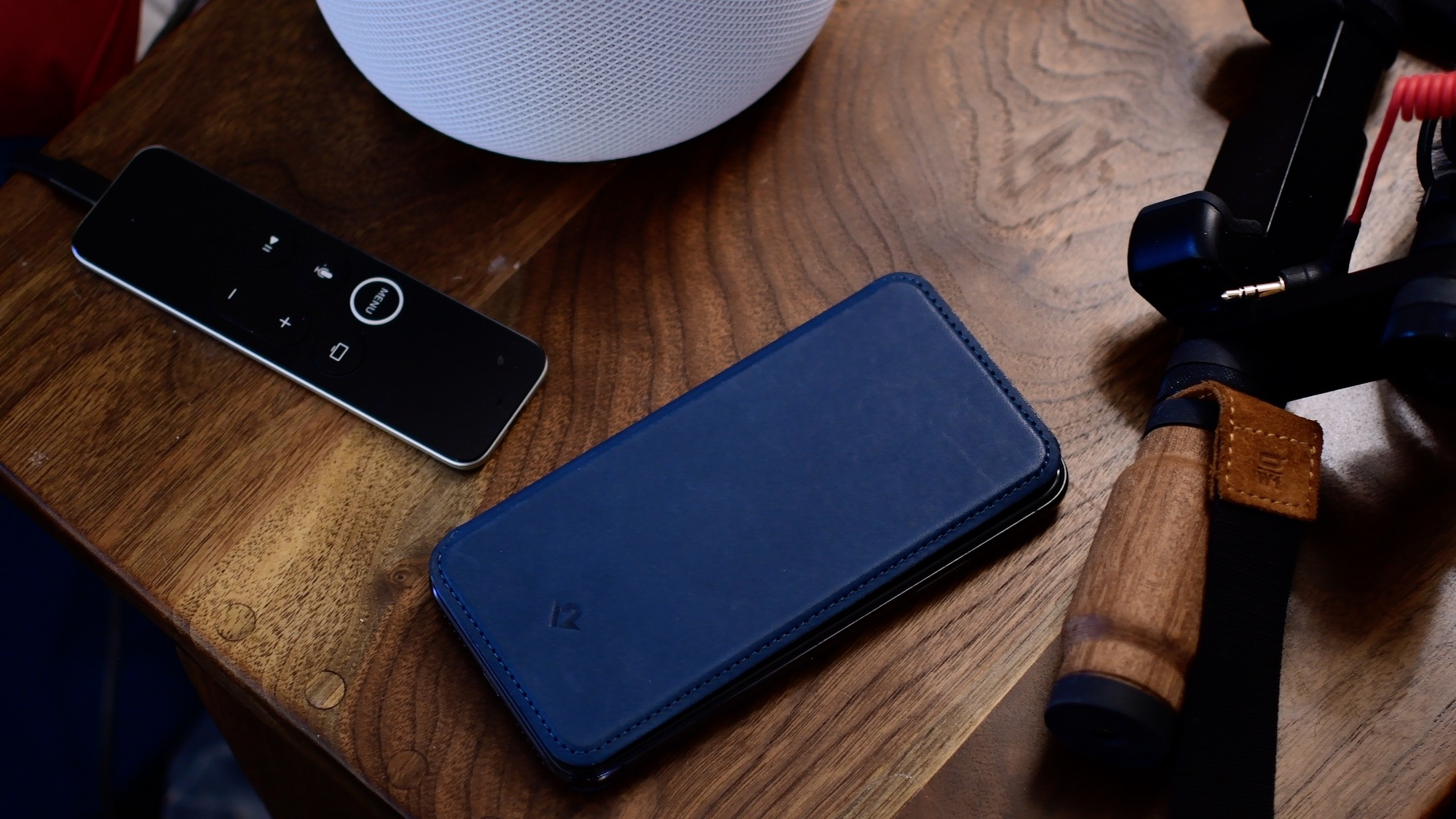 """Override Siri when iPhone is Facedown: Siri is sometimes the simplest way to use your iPhone hands-free. But the smart assistant stops listening for the """"Hey Siri"""" hot phrase when you lie the handset using its face down. In this guide, we're going to teach you how to allow Siri when the iPhone is face down or covered."""